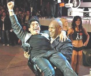 КАК ХУДЕЮТ ЗВЕЗДЫ - Марадона после операции. На руках у Майка Тайсона